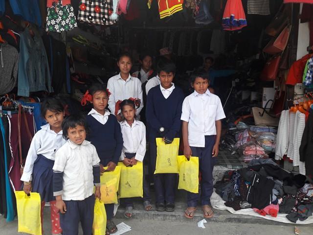 enfants nepal avec sac de chaussures
